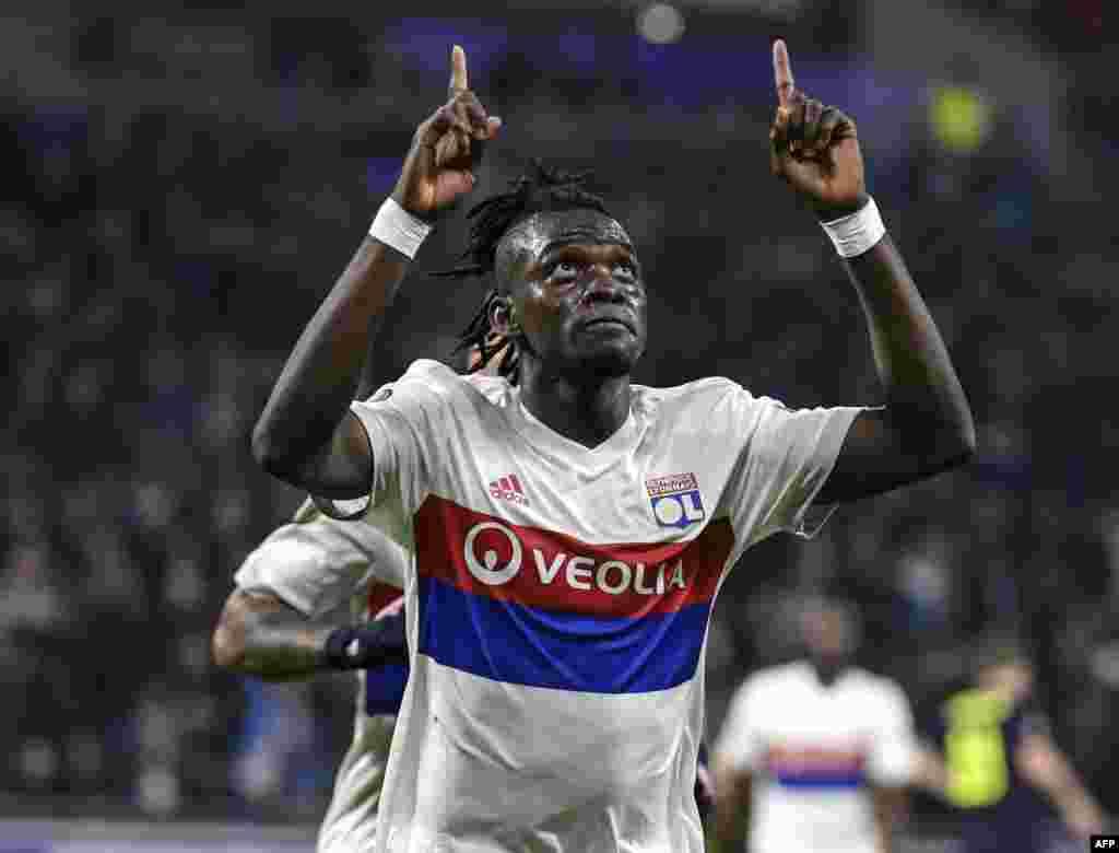 L'attaquant burkinabé de Lyon Bertrand Traoré après avoir marqué un but lors du match de football entre l'équipe Olympique Lyonnais (OL) contre Everton FC le 2 novembre 2017.