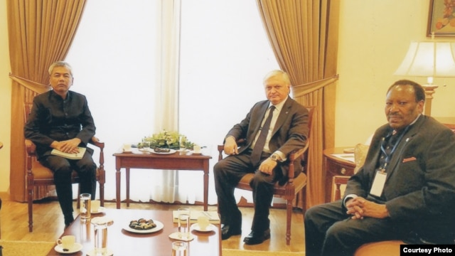 Youk Chhang, executive director of the Documentation Center of Cambodia meets with Armenian Foreign Minister Edward Nalbandian. (Courtesy photo)