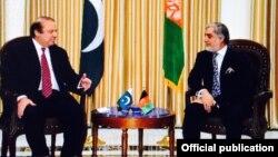 Pokiston Bosh vaziri Navoz Sharif (chapda) Kobulda Afg'oniston Bosh vaziri Abdulla Abdulla bilan uchrashmoqda, 12-may, 2015-yil