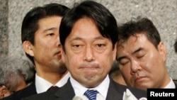 2013年2月5日,日本防卫大臣小野寺五典在东京对记者谈话。