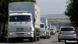 Truk-truk konvoi Rusia membawa bantuan kemanusiaan untuk Ukraina menuju ke perbatasan Ukraina dekat kota Donetsk, di wilayah Rusia, Rostov, 22 Agustus 2014.