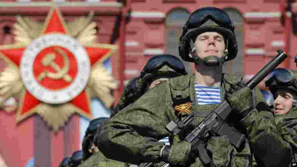 Défilé des soldats russes pour marqué les 71 ans de victoire dans la Seconde Guerre mondiale sur la Place Rouge à Moscou, le 9 mai 2016.