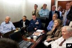 2011年5月1日奥巴马、副总统拜登等在白宫密切关注突袭拉登的行动
