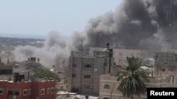 Gusti dim se vije u Gazi nakon izraelskog napada 14. juli, 2014.