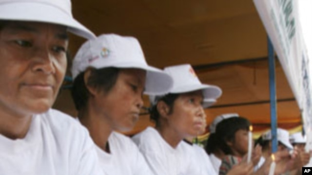 Cambodian women, who are HIV-positive, light candles during a vigil in Phnom Penh, file photo.
