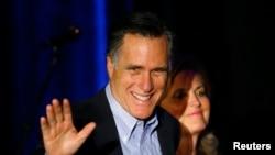 Mitt Romney, bekas kandidat presiden AS dari Partai Republik, bersama istrinya Ann Romney dalam sebuah acara Partai Republik di San Diego, California (16/1/2015).