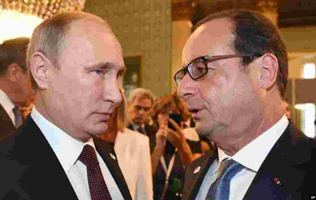 Russian President Vladimir Putin, left, and French President Francois Hollande talk after a meeting on the sidelines of the ASEM summit of European and Asian leaders in Milan, Oct. 17, 2014.
