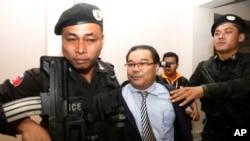 Thượng nghị sĩ Hong Sok Hour của đảng Sam Rainsy bị cảnh sát dẫn đi tại Tòa án Thành phố Phnom Penh, Campuchia, ngày 15 tháng 8, 2015.