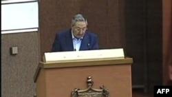 Raul Castro parlamentoda hükümetin af kararını açıklarken