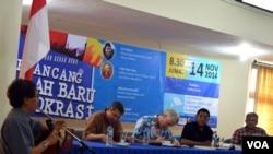 """Para panelis yang juga para penulis buku """"Merancang Arah Baru Demokrasi"""" dalam diskusi buku tersebut di Fakultas Filsafat, Universitas Gadjah Mada, Yogyakarta, 11/14/2014."""