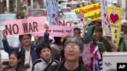 지난 2월 일본 오키나와의 미군 기지 이전 예정지인 나하에서 기지 이전에 반대하는 주민들이 시위가 열렸다.