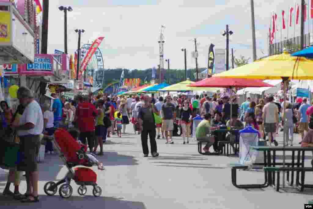 Cientos de personas disfrutan los juegos, las exhibiciones y las comidas de la Feria de Agricultura del Condado de Montgomery. (Foto: Mariana Ardiles).
