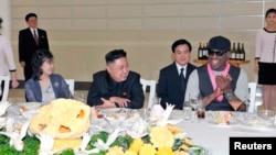 지난 3월 방북한 미국 전 프로농구 선수 데니스 로드먼(오른쪽)이 미국 묘기 농구단과 시범 경기 후, 김정은 국방위원회 제1위원장(가운데)이 개최한 만찬에 참석했다.