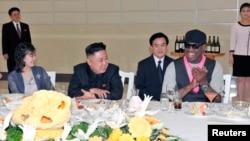 북한의 김정은 국방위원회 제1위원장(가운데)이 지난 2월 방북한 전 미 NBA 농구선수 데니스 로드먼(오른쪽)과 미국 묘기 농구단의 시범 경기를 관람한 후, 만찬을 가지고 있다. 부인 리설주(왼쪽)도 참석했다.