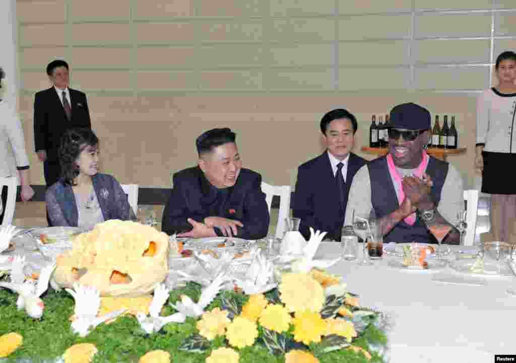 북한의 김정은 국방위원회 제1위원장(가운데)이 방북 중인 미국 NBA 출신 데니스 로드먼(오른쪽)과 미국 묘기 농구단의 시범 경기를 관람한 후, 만찬을 개최했다. 부인 리설주(왼쪽)도 참석했다. 조선중앙통신 보도.