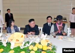 지난 2013년 12월 북한 김정은 국무위원장(가운데)이 방북한 전 미 프로농구 선수 데니스 로드먼(오른쪽)과 미국 묘기 농구단의 시범 경기를 관람한 후, 만찬을 개최했다. 부인 리설주(왼쪽)도 참석했다.