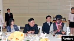 북한의 김정은 국방위원회 제1위원장(가운데)이 방북 중인 미국 NBA 출신 데니스 로드먼(오른쪽)과 지난해 2월 미국 묘기 농구단의 시범 경기를 관람한 후, 만찬을 개최했다. 부인 리설주(왼쪽)도 참석했다. 조선중앙통신 보도.