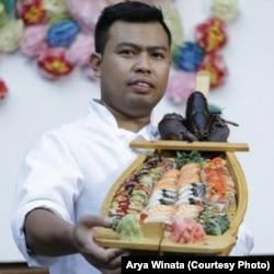 Chef sushi, Rahman Pananto, menunjukkan hasil kreasi sushinya di salah satu pesta di Maryland (dok: Arya Winata)
