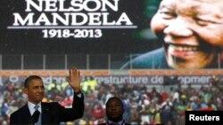 지난 주 타계한 넬슨 만델라 전 남아프리카공화국 대통령의 영결식이 10일 요하네스버그에서 거행된 가운데, 바락 오바마 미국 대통령(왼쪽)도 추도사를 했다.
