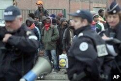 Cảnh sát Pháp tiếp quản khu nhà ở tạm của hàng trăm di dân bất hợp pháp đến từ Syria, Afghanistan, và châu Phi
