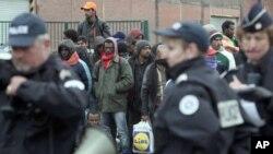 Petugas kepolisian mengambil posisi di sekililing tempat penampungan sementara