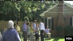 Predsjednik Barack Obama u dvorištu kuće pripadnika srednje klase na sjeveru Virginie, u blizini Washingtona