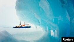 Tàu MV Akademik Shokalskiy bị mắc kẹt trong băng ở Nam Cực, ngày 29/12/2013.