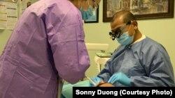 ڈینٹل کلینک میں ایک مریض کے دانتوں کا علاج کیا جا رہا ہے۔ فائل فوٹو