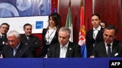 Gradonačelnik Kragujevca, ministar ekonomije i generalni direktor kompanije Manjeti Mareli potpisuju sporazum o izgradnji nove fabrike automobilskih delova u Kragujevcu