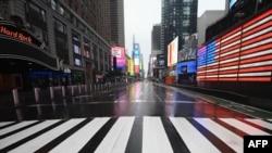 រូបឯកសារ៖ វិថីស្ងប់ស្ងាត់មួយនៅទីលាន Times Square ក្នុងក្រុងញូវយ៉ក សហរដ្ឋអាមេរិក កាលពីថ្ងៃទី២៣ ខែមីនា ឆ្នាំ២០២០។