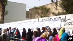 Egyptians line up early for historic election in Cairo, May 23 2012. (E. Arrott/VOA)