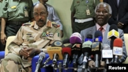 Chief African Union mediator Thabo Mbeki, right, at joint press conference with Sudan Defense Minister Abdel Raheem Muhammad Hussein, Kkartoum, May 20, 2012.