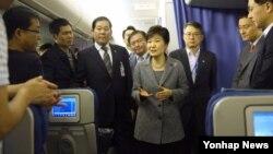 호주 브리즈번에서 열린 G20 정상회의를 마치고 귀국길에 오른 박근혜 한국 대통령이 16일 밤 브리즈번 국제공항을 출발하기에 앞서 전용기 내에서 기자들과 만나 회의 참석 성과 등에 대해 설명하고 있다.