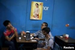 Beberapa pria bersantai di sebuah kedai teh sambil merokok, di Yangon, Myanmar, 6 November 2015