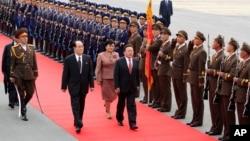 지난 2013년 10월 차히야 엘벡도르지 몽골 대통령(가운데 오른쪽)이 평양에 도착해 김영남 북한 최고인민회의 상임위원장(가운데 왼쪽)의 영접을 받았다. (자료사진)