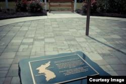 미국 버지니아주 캐롤라인 중학교의 '38선 기념공원' 전경. 바닥에 한국전 참전 군인들의 이름이 새겨져 있고 그 옆으로 기념비가 보인다. (사진 제공: Charles Yook)