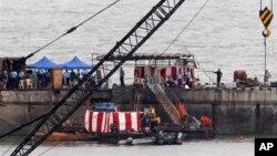 16일 인도 뭄바이항에서 이틀 전 폭발사고가 난 잠수함 잔해를 조사하고 있다.