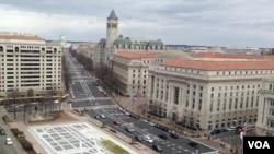 位于华盛顿宾夕法尼亚大街的川普国际酒店(灰顶带尖塔建筑)。(资料照)