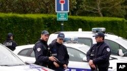 Policajci na mestu napada na šefa policije i njegove partnerke