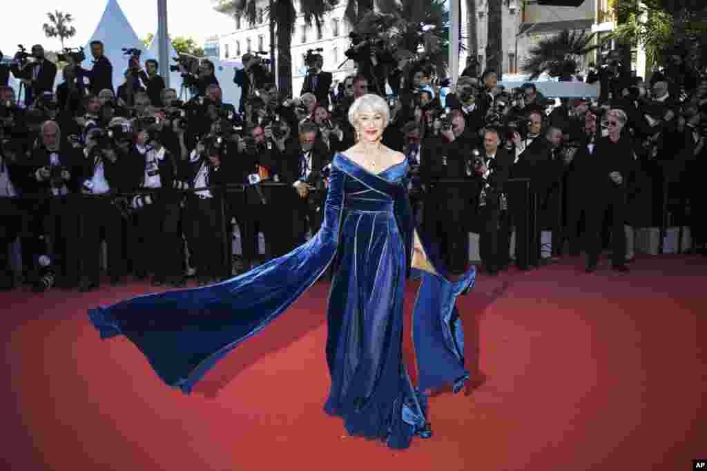 តារាសម្តែង Helen Mirren ឈរថតរូបនៅពេលអញ្ជើញទៅដល់ការចាក់បញ្ចាំងពិសេសសម្រាប់ភាពយន្ត Girls of The Sun នៅក្នុងពិធីបុណ្យភាពយន្តអន្តរជាតិលើកទី៧១ នៅក្នុងក្រុង Cannes ប្រទេសបារាំង កាលពីថ្ងៃទី១២ ខែឧសភា ឆ្នាំ២០១៨។