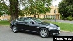 Modelo XF da marca Jaguar. Os 270 mil dólares por unidade são considerados excessivos, sobretudo porque a compra em grande quantidade para frotas beneficia, geralmente, de descontos