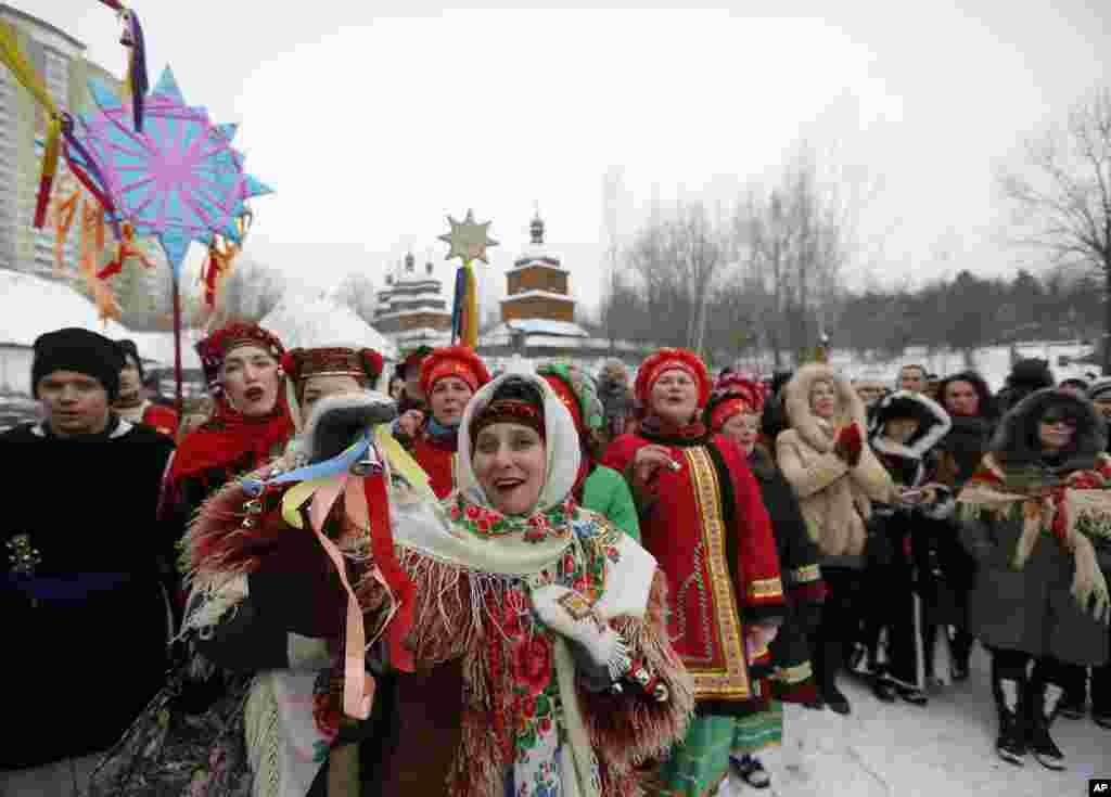 ប្រជាជនអ៊ុយក្រែនដោយស្លៀកពាក់ក្នុងសំលៀកបំពាក់ប្រពៃណីច្រៀងបទចម្រៀង Kolyadky ឬបទចម្រៀងអបអរថ្ងៃបុណ្យណូអែលនៅអ៊ុយក្រែន ជាផ្នែកមួយនៃថ្ងៃបុណ្យឈប់សម្រាក Orthodox Christmas នៅក្រុងកៀវ។
