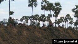 လက္ပံေတာင္း ဆည္တဲရြာအနီး သပိတ္စခန္းဖြင့္ရာအနား ရဲလံုၿခံဳေရးမ်ားကို ေတြ႔ရစဥ္။ (ဒီဇင္ဘာ ၂၉၊ ၂၀၁၄)