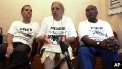 De izquierda a derecha, René Gómez, Marta Beatriz Roque y Felix Bonne, disidentes cubanos, hablan con la prensa. Roque cumple tres días de huelga de hambre.