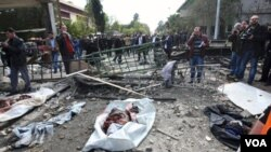 Warga Suriah berkumpul di lokasi ledakan pasca serangan bom bunuh diri di Damaskus, Jumat (23/12).