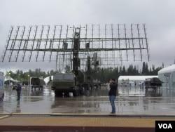 去年俄羅斯莫斯科郊外一次武器展覽上展出的雷達預警系統。(美國之音白樺拍攝)