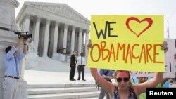 У здания Верховного суда США в Вашингтоне. 28 июня 2012 г.