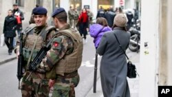 Binh sĩ Pháp tuần tra gần đường Rue des Rosiers trong khu trung tâm Do Thái ở Paris, ngày 12/1/2015.