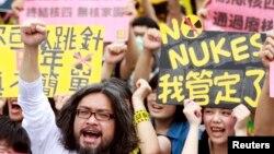 27일 타이완의 수도 타이페이에서 제4원전 건설 반대 시위가 벌어지고 있다.