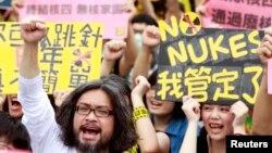 Các nhà hoạt động hô khẩu hiệu chống hạt nhân trước văn phòng Tổng thống ở Đài Bắc, 27/4/14